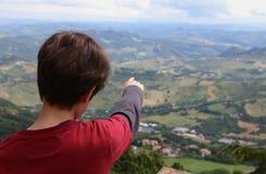 Το αγόρι παρουσιάζει όμορφο τοπίο ιταλικά Apennines Στοκ Εικόνες
