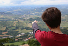 Το αγόρι παρουσιάζει όμορφο τοπίο Apennines στην Ιταλία Στοκ Εικόνα