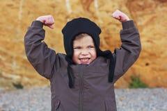 Το αγόρι παρουσιάζει δύναμη και strenth Στοκ Φωτογραφία