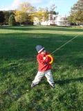 το αγόρι πετά τον ικτίνο Στοκ Φωτογραφίες