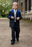 το αγόρι πηγαίνει σχολεί&omi Στοκ φωτογραφία με δικαίωμα ελεύθερης χρήσης