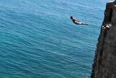 Το αγόρι πηδά από τους αρχαίους τοίχους του στρέμματος στοκ φωτογραφίες με δικαίωμα ελεύθερης χρήσης