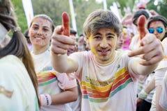 Το αγόρι που έχει τη διασκέδαση στο χρώμα τρέχει το Βουκουρέστι που παρουσιάζει ότι ` έρχεται στο σημάδι ` Στοκ φωτογραφία με δικαίωμα ελεύθερης χρήσης