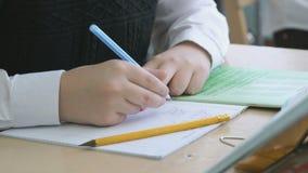 Το αγόρι που γράφει το κείμενο στο copybook φιλμ μικρού μήκους