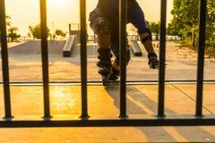 Το αγόρι που δημόσια το πάρκο με τον εξοπλισμό προστασίας στο υπόβαθρο ηλιοβασιλέματος στοκ φωτογραφία με δικαίωμα ελεύθερης χρήσης