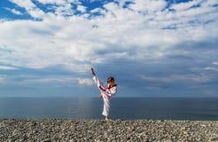 Το αγόρι που εκπαιδεύει στην παραλία: Taekwondo, αθλητισμός Στοκ Φωτογραφία