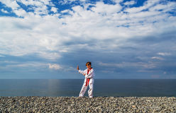 Το αγόρι που εκπαιδεύει στην παραλία: Taekwondo, αθλητισμός Στοκ Εικόνα