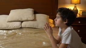 Το αγόρι προσεύχεται πριν από το κρεβάτι, 4k απόθεμα βίντεο