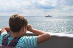 Το αγόρι προσποιείται αυτό που κοιτάζει μέσω των διοπτρών Στοκ Εικόνες