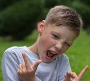 Το αγόρι προσποιείται ότι είναι ένας δροσερός τύπος Στοκ Φωτογραφίες