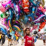 Το αγόρι πωλεί το μπαλόνι κινούμενων σχεδίων Στοκ Φωτογραφία