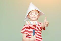 Το αγόρι σε ένα καπέλο και τα γυαλιά εγγράφου παρουσιάζει το δροσερό Πορτρέτο κύλινδρος Στοκ φωτογραφίες με δικαίωμα ελεύθερης χρήσης