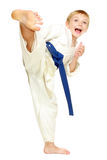 Το αγόρι σε ένα κιμονό κτύπησε ένα πόδι λακτίσματος Στοκ Φωτογραφία