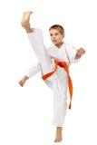 Το αγόρι σε ένα κιμονό κτύπησε ένα υψηλό λάκτισμα ποδιών Στοκ φωτογραφία με δικαίωμα ελεύθερης χρήσης