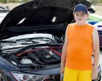 Το αγόρι σε μια ανοικτή καλύπτρα του αθλητικού αυτοκινήτου στοκ εικόνα με δικαίωμα ελεύθερης χρήσης