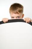 Το αγόρι σημαδιών holdingf Στοκ φωτογραφία με δικαίωμα ελεύθερης χρήσης