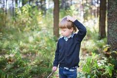 το αγόρι σκέφτεται Στοκ Εικόνες