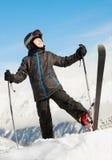Το αγόρι στέκεται επάνω σε ένα πόδι με το σκι στοκ εικόνα με δικαίωμα ελεύθερης χρήσης