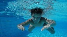 Το αγόρι στην πισίνα κολυμπά υποβρύχιο απόθεμα βίντεο