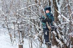 Το αγόρι στο δέντρο το χειμώνα Στοκ φωτογραφίες με δικαίωμα ελεύθερης χρήσης