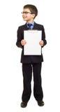 Το αγόρι στο κοστούμι παρουσιάζει κενό φύλλο Στοκ Εικόνα