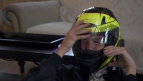 Το αγόρι στο κράνος παίζει το τηλεοπτικό παιχνίδι απόθεμα βίντεο