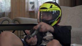 Το αγόρι στο κράνος παίζει το τηλεοπτικό παιχνίδι φιλμ μικρού μήκους