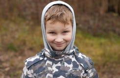 Το αγόρι στο με κουκούλα σακάκι, Στοκ Φωτογραφία
