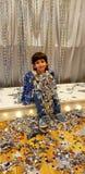 Το αγόρι στο νέο Year' η εικόνα του s κάθεται και εξετάζει τη κάμερα στοκ φωτογραφίες με δικαίωμα ελεύθερης χρήσης