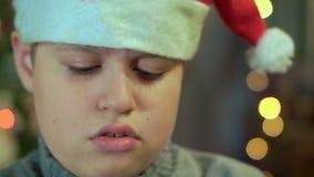 Το αγόρι στο πουλόβερ και το καπέλο Άγιου Βασίλη είναι και Δεν έχει κανένα δώρο Πρόσθετη κινηματογράφηση σε πρώτο πλάνο, ενάντια απόθεμα βίντεο