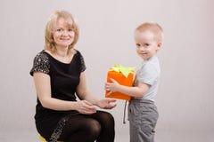 Το αγόρι συγχαίρει mom χρόνια πολλά Στοκ Φωτογραφίες