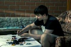 Το αγόρι συλλέγει το lego Στοκ Φωτογραφία