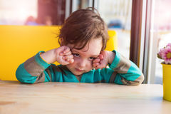 Το αγόρι τρίβει τα μάτια του Στοκ εικόνα με δικαίωμα ελεύθερης χρήσης