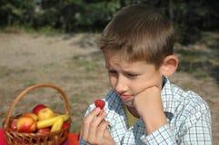το αγόρι τρώει το σμέουρο Στοκ Εικόνες