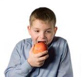το αγόρι τρώει στοκ φωτογραφίες