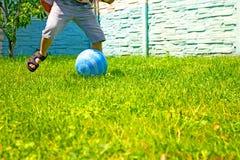 Το αγόρι υπερασπίζει το στόχο ποδοσφαίρου από τη σφαίρα στοκ φωτογραφίες