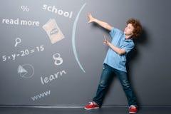 Το αγόρι υπερασπίζεται από τις πληροφορίες στοκ φωτογραφία