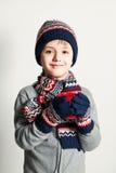 Το αγόρι χειμερινών παιδιών πίνει το τσάι ή τον καφέ Χειμερινά ενδύματα Πουλόβερ, Χ Στοκ Εικόνες