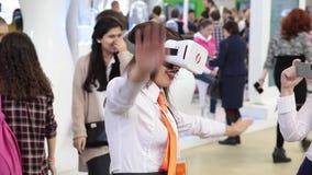 Το αγόρι χρησιμοποιεί την εξάρτηση ανάπτυξης παιχνιδιών εικονικής πραγματικότητας, γυαλιά εικονικής πραγματικότητας φιλμ μικρού μήκους