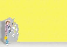 Το αγόρι χρωματίζει τον τοίχο Στοκ Εικόνα