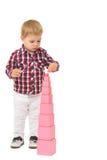 Το αγόρι χτίζει μια πυραμίδα Στοκ Εικόνα