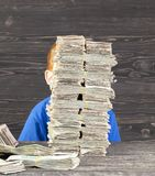 το αγόρι χτίζει τον πύργο, στοκ φωτογραφία με δικαίωμα ελεύθερης χρήσης