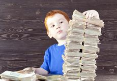 το αγόρι χτίζει τον πύργο, στοκ φωτογραφίες με δικαίωμα ελεύθερης χρήσης