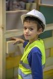 το αγόρι χτίζει το σπίτι στοκ εικόνες