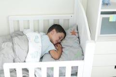 Το αγόρι Brunette έχει ένα NAP daytine στοκ φωτογραφίες με δικαίωμα ελεύθερης χρήσης