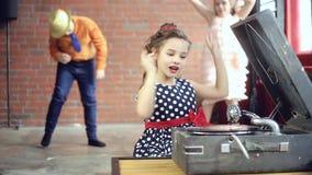 Το αγόρι DJ παίζει το βινύλιο απόθεμα βίντεο