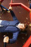 Το αγόρι Preteen κάνει την ώθηση επάνω στις ασκήσεις χεριών Στοκ Φωτογραφίες