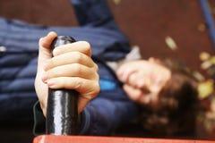 Το αγόρι Preteen κάνει την ώθηση επάνω στις ασκήσεις χεριών Στοκ εικόνες με δικαίωμα ελεύθερης χρήσης