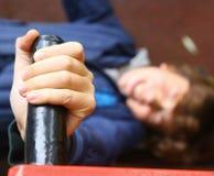 Το αγόρι Preteen κάνει την ώθηση επάνω στις ασκήσεις χεριών Στοκ Εικόνα