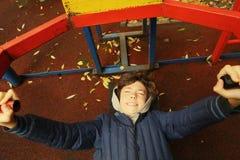 Το αγόρι Preteen κάνει την ώθηση επάνω στις ασκήσεις χεριών Στοκ Εικόνες